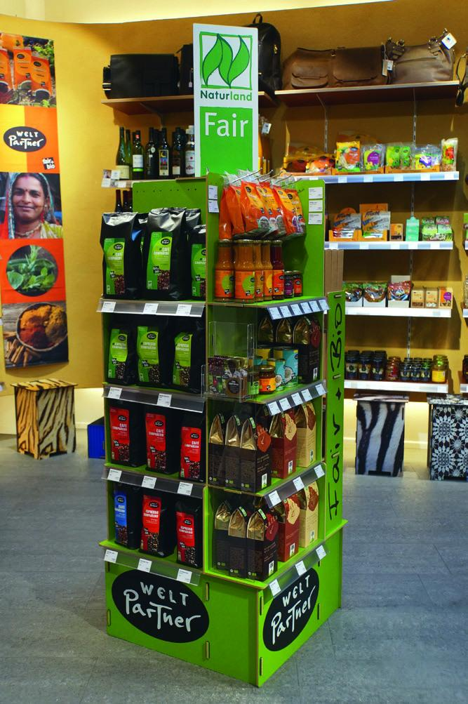Display mit Naturland Fair-Produkten von WeltPartner